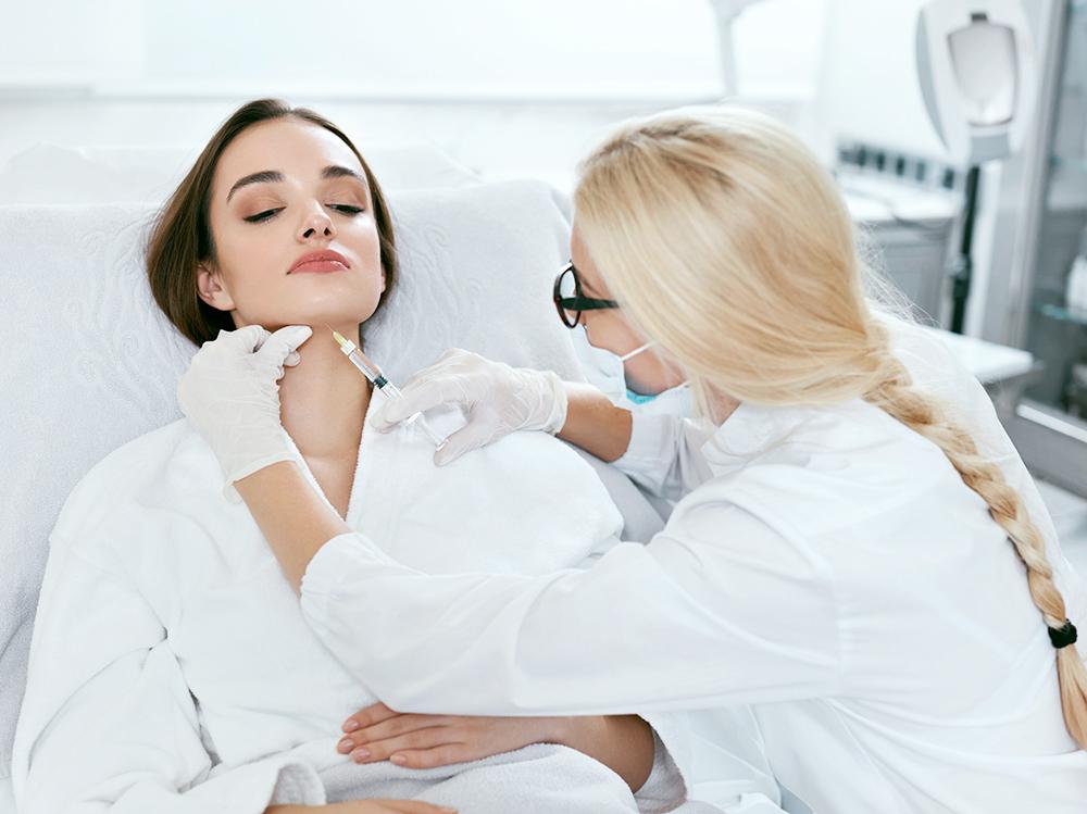 el-uso-de-la-mascarilla-sanitaria-en-los-tratamientos-de-estetica_flowww